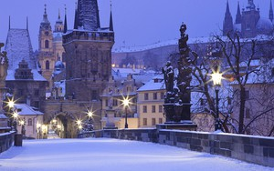 Charles Bridge in winter morning ikonja
