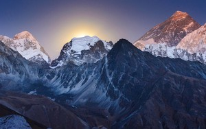 Icono de Everest at moon rise
